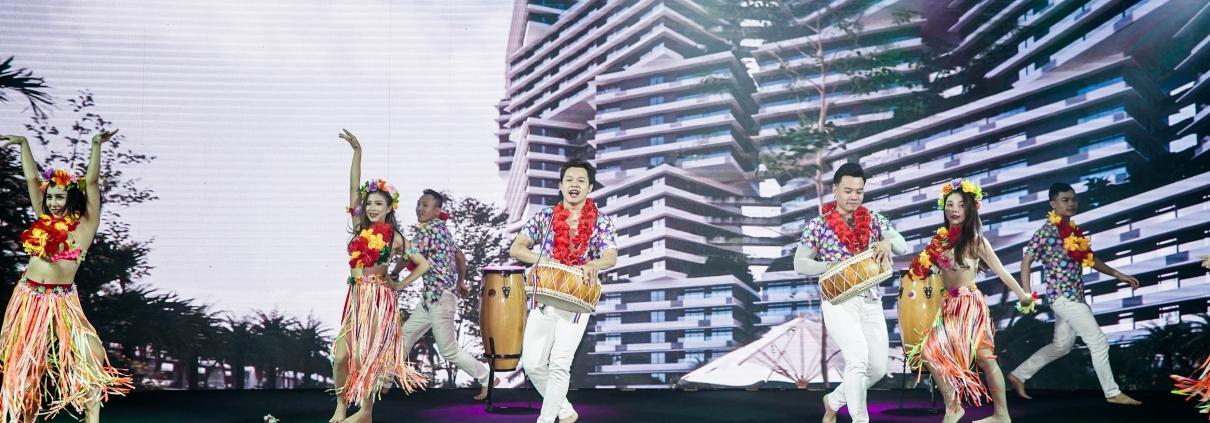 Dự án Thanh Long Bay - Chương trình được mở màn với tiết mục nhảy Hawaii sôi động